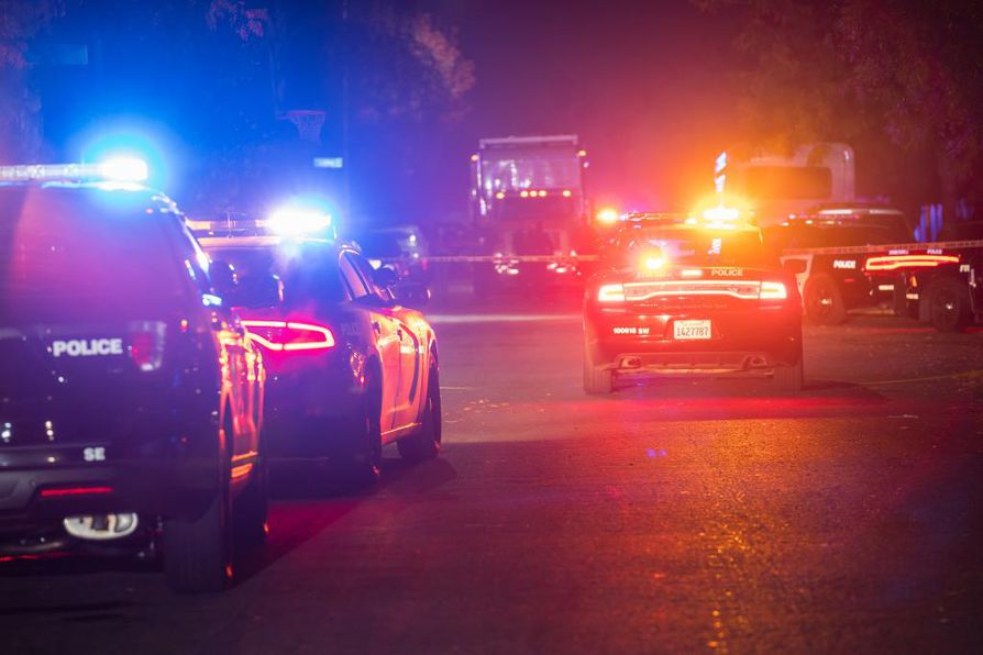 Välikohtaus sai alkunsa, kun aseella varustautunut mies saapui kalifornialaisen kodin takapihalle, jonne perhe oli kokoontunut katsomaan jalkapalloa yhdessä ystäviensä kanssa kuuden jälkeen illalla.