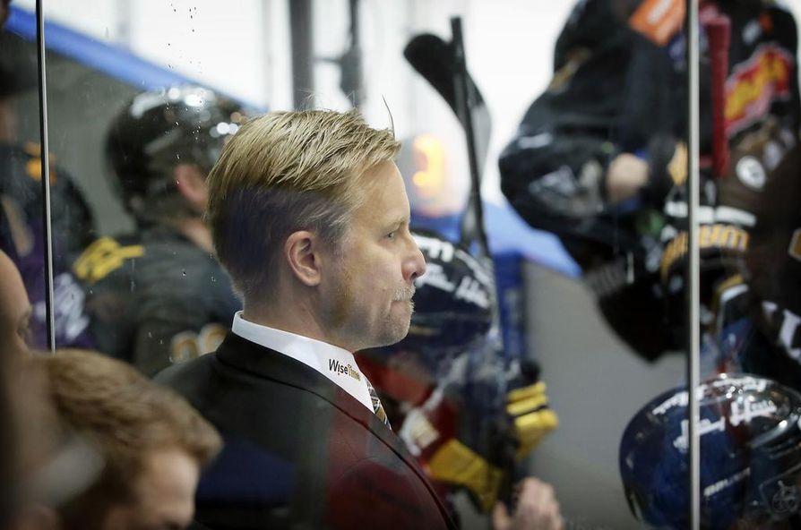 Mikko Manner yrittää ohjata Kärpät voittoputkeen heti liigakauden alettua.
