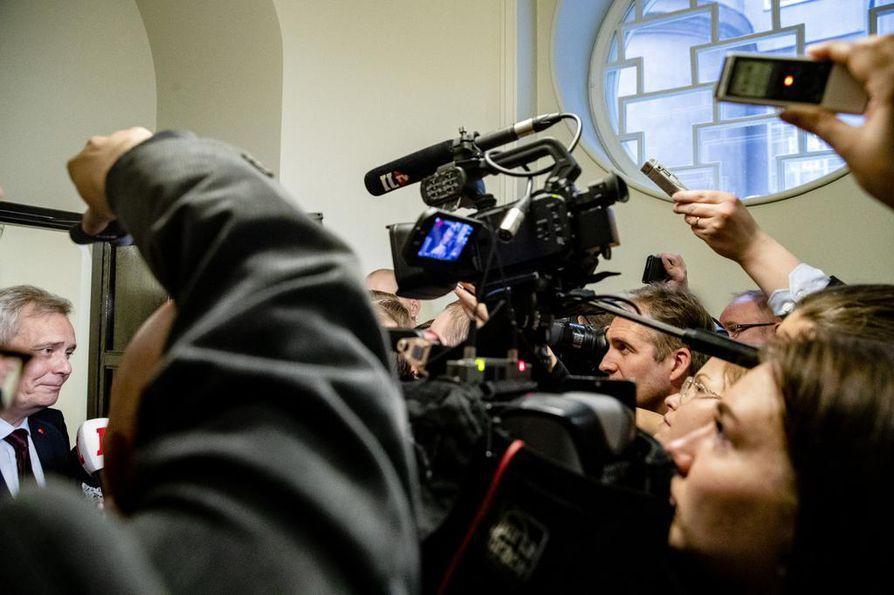 Media seuraa tarkasti pääministeripuolue sdp:n puheenjohtajaa Antti Rinnettä, mikä voi olla syynä siihen, että toimittajien oletetaan olevan sdp:n kannattajia.