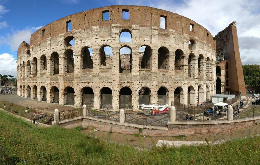 Vuosituhansia säätä kestänyt Colosseum sai taas yhden rankkasateen niskoihinsa, mutta lopulta sai taas kylpeä Välimeren kuuluisassa auringossa.