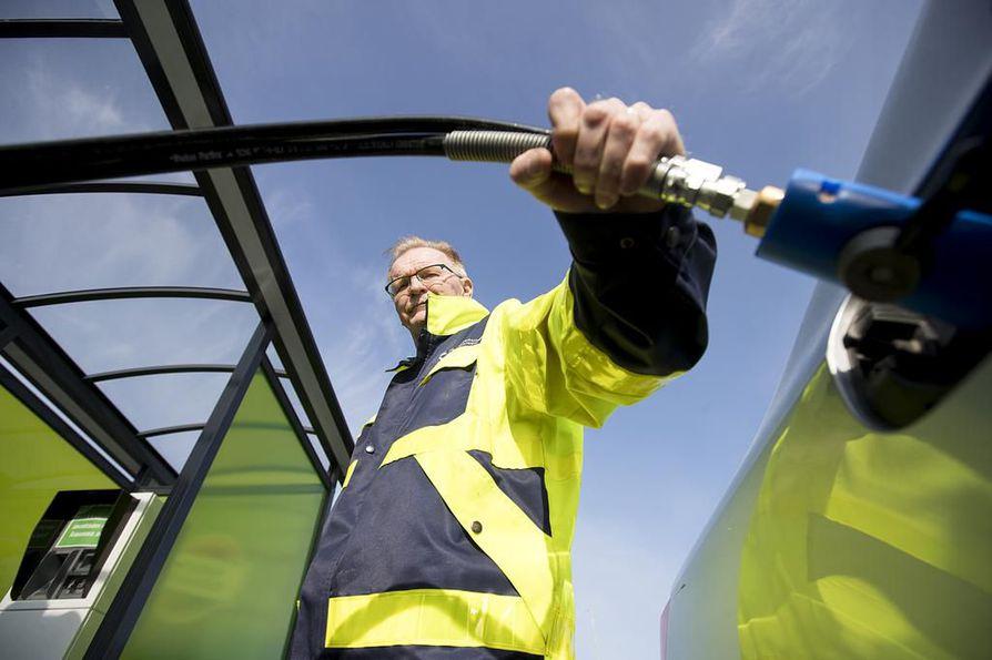 Oulun Jätehuollon toimitusjohtaja Markku Illikainen oli tyytyväinen, kun pääsi tankkaamaan Oulussa kaasua autoonsa ensimmäistä kertaa.
