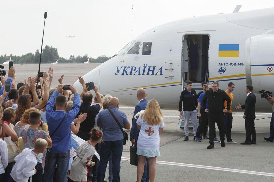 Presidentti Volodymyr Zelenskyi oli lauantaina lentokentällä vastassa Venäjän vapauttamia ukrainalaisvankeja. Venäjä ja Ukraina palauttivat kumpikin 35 vankia, jotka olivat joutuneet telkien taakse poliittiisista syistä.