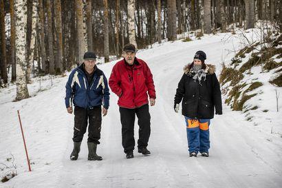 """Sari Mikkola samoaa Rantsilan metsissä näytepusseja mukanaan –""""Jätökset todistavat susien määrästä enemmän kuin kymmenet tassunjäljet"""""""