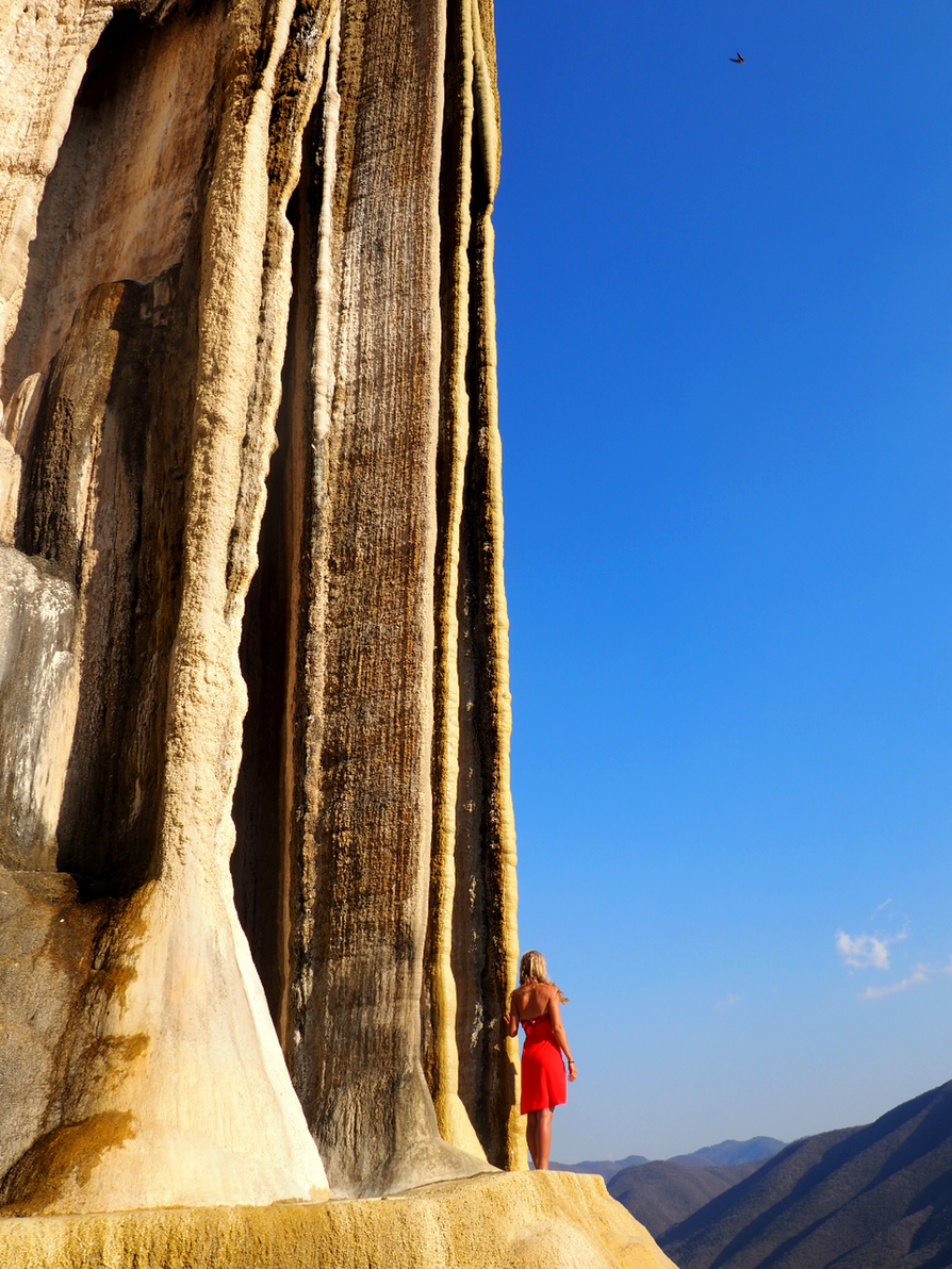 Hierve el Agua, vesiputouksen näköinen kivimuodostelma, sijaitsee Oaxacassa Meksikossa. Laakko oli siellä maaliskuussa 2017.