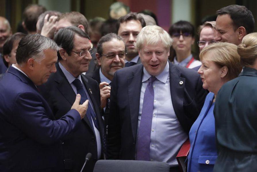 Britannian pääministeri Boris Johnson (kesk.) keskusteli torstaina EU:n huippukokouksessa Brysselissä muun muassa Saksan liittokanslerin Angela Merkelin (oik.), Unkarin pääministerin Viktor Orbánin (vas.) ja Kyproksen presidentin Nicos Anastasiadesin kanssa.