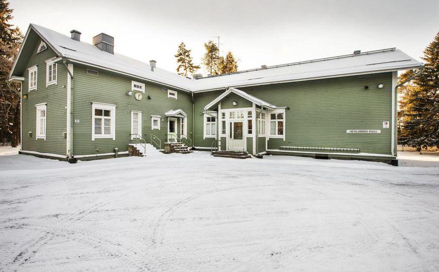 Hietalanmäen koululle Kellossa löytyi uusi omistaja viime syksynä. Vuonna 1906 valmistunut koulu lakkautettiin 2016.