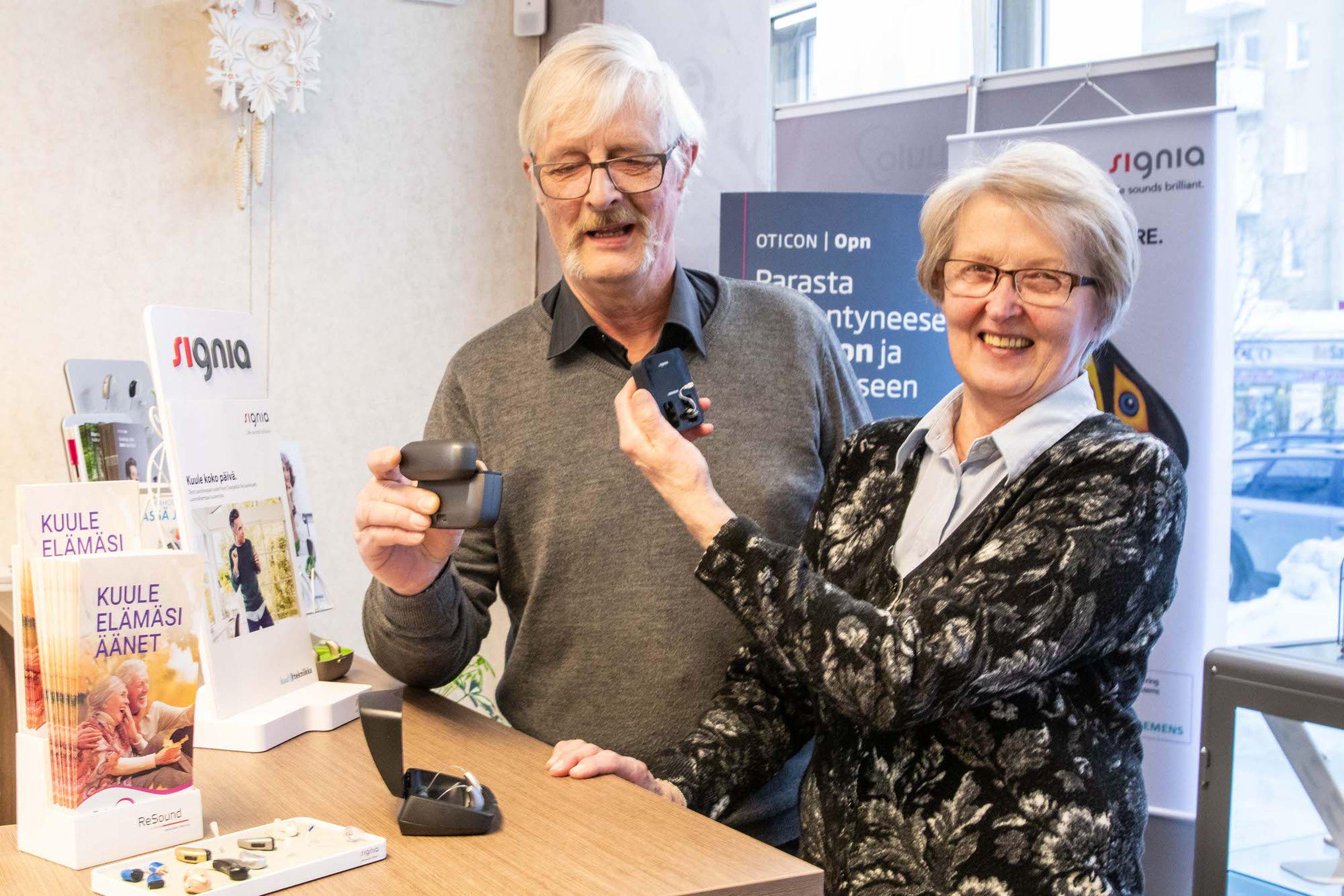 """Toivon Kuulon asiakkaat Risto Piiparinen ja Anja Myllymäki ovat molemmat investoineet uusiin kuulokojeisiin viime vuoden marraskuussa. """"Emme voisi olla yhtään tyytyväisempiä laitteeseen. Elämänlaatu paranee niin paljon. Tämä laitekin on niin pieni, ettei kukaan kiinnitä näihin mitään huomiota."""""""