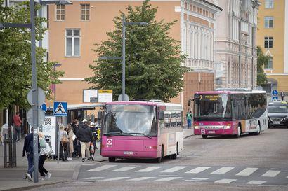 Oulun busseissa voi maksaa käteisellä heinäkuun alusta alkaen – Waltti-kortin lataamisesta busseissa aletaan periä maksu