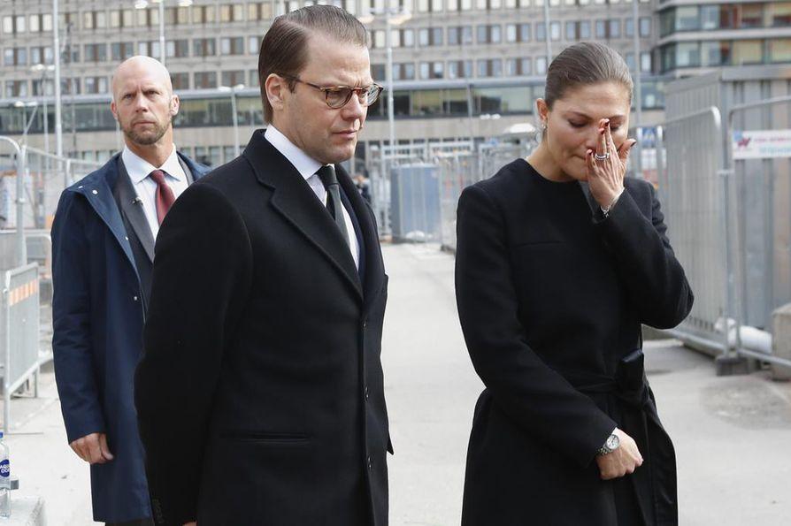 Kruununprinsessa Victoria ja prinssi Daniel vierailivat terrori-iskun paikalla Tukholman keskustassa lauantaina.