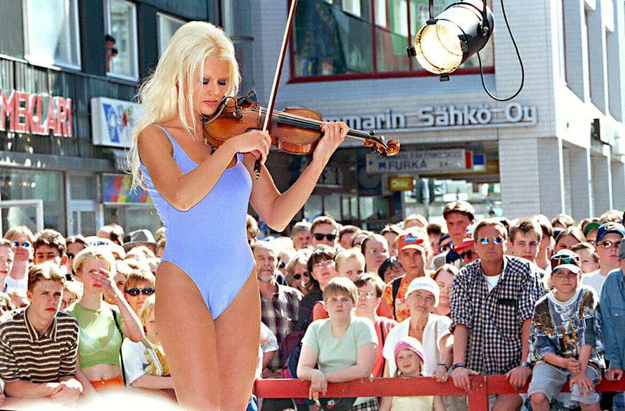 Baywatchissakin pyörähtäneen Linda Lampeniuksen esiintyminen yhdistää klassista viulunsoittoa ja uusinta uimapukumuotia kesäkuussa 1997.