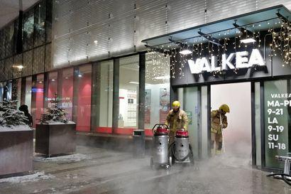 Palokunta joutui töihin Valkeaan sisäänkäynnin lämmityslaitteen vesiputken hajottua - vettä valui myös Sokoksen Herkun tiloihin