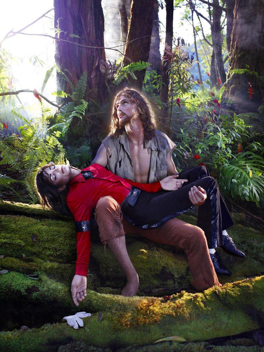David LaChapelle, American Jesus: Hold me, carry me boldly on vuodelta 2009, jolloin Michael Jackson menehtyi.