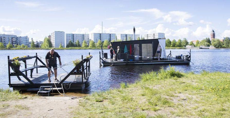 Kesän Sauna -saunalautta Tuiran uimarannalla kiinnostaa myös kansainvälisiä vieraita.