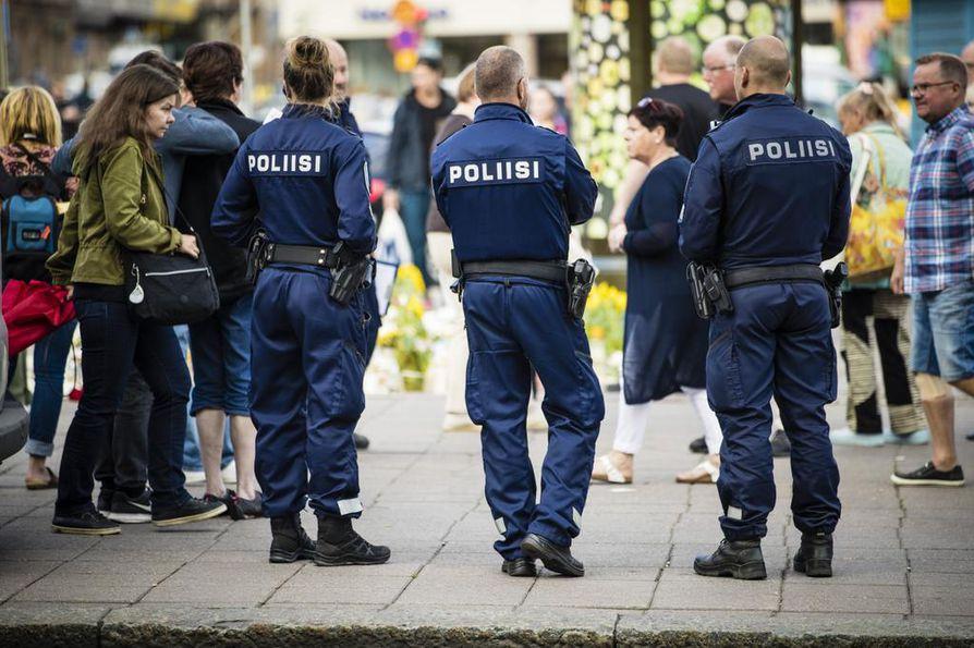 Poliisi partioi Turun torilla muutama päivä elokuisen puukotuksen jälkeen. Sisäisen turvallisuuden strategiassa mainitaan terrorismi yhdeksi Suomen tulevasta turvallisuusuhkasta.