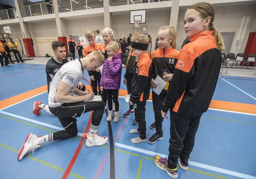 Lentopalloseura Ettan Jesper Jylhä (vas.) ja Markus Väisänen jakoivat ottelun jälkeen nimikirjoituksia nuorille ihailijoilleen.