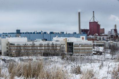 """Stora Enson tehtaalla perjantaiaamuna tapahtunut hajupäästö aiheutti palautevyöryn Oulun kaupungille –  """"Tuommoinen haju ei varmasti ole terveellistä ihmisille"""", Kuusiluodossa asuva Veli-Matti Jaakola epäilee"""