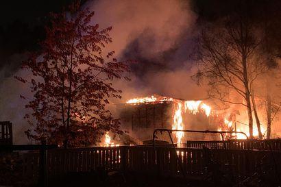 """Varastorakennus tuhoutui täysin tulipalossa Oulunsalossa, kipinöitä levisi lähialueelle – """"Onneksi oli märkä keli"""""""