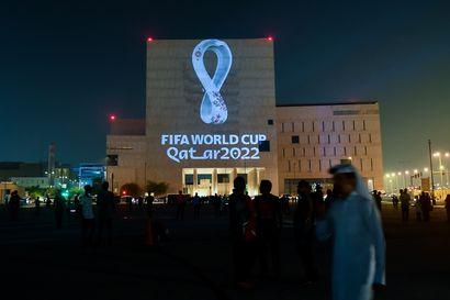 Amnesty: Siirtotyöläiset Qatarissa kuukausia ilman palkkaa – MM-kisojen rakennustöiden kuolonuhrit ja boikotit eivät ole vaikuttaneet epäkohtiin