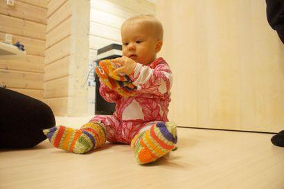 Kyllä täällä tarkenee! – Elma-Ingrid sai sukat ja lapaset Pudasjärven kaupungilta