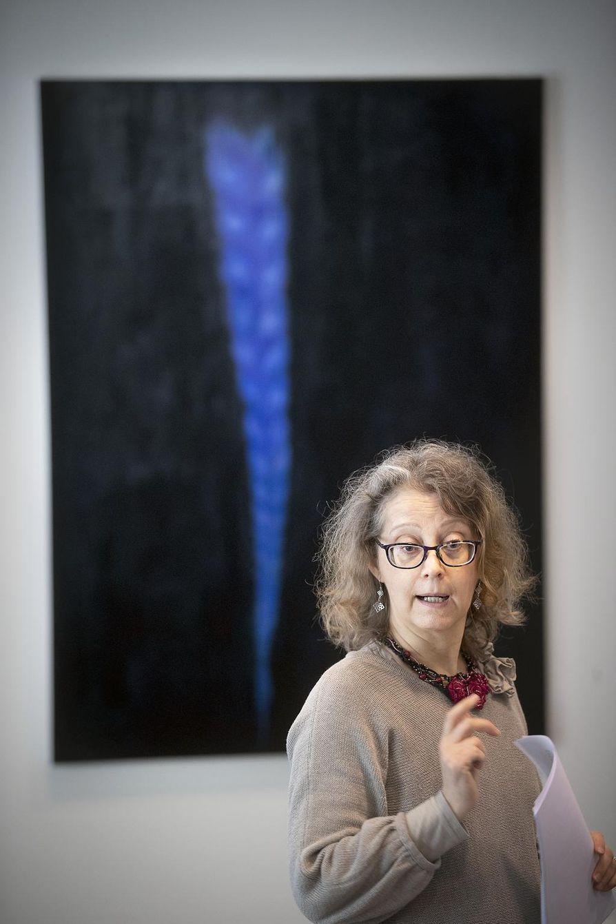 Amanuenssi Elina Vieru kokosi näyttelyn, jossa on esillä muun muassa Päivi Pussilan maalaus Äidistä (2017).