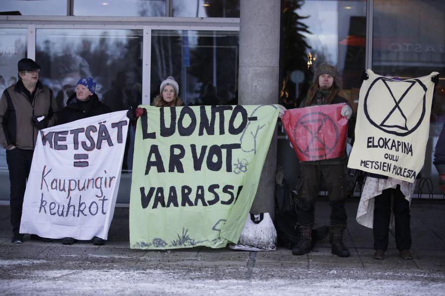 Mielenosoittajien kannanotot näkyivät heidän kantamissaan lakanoissa.