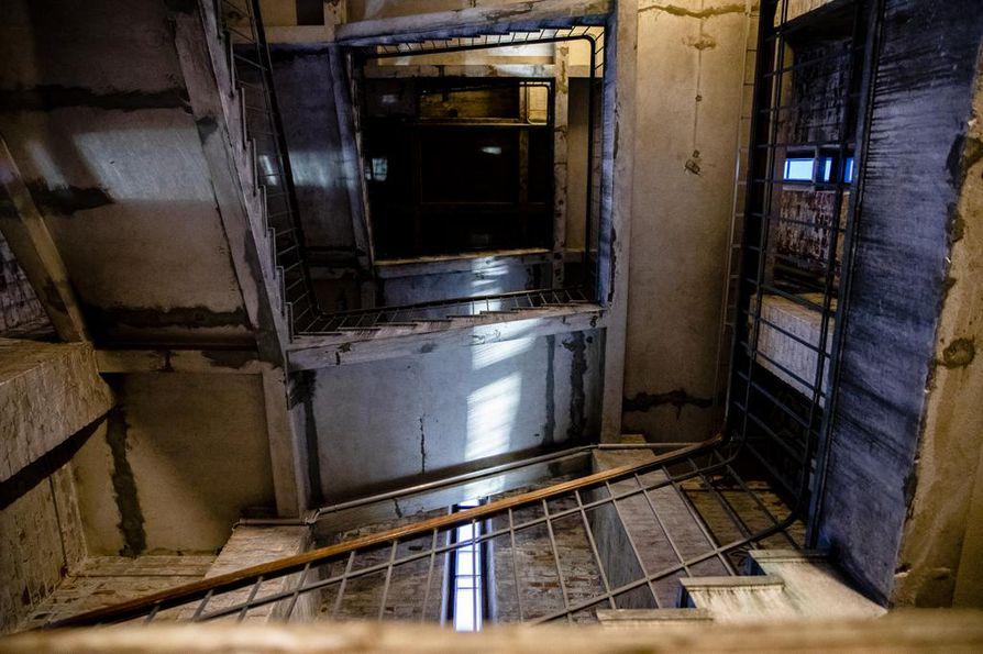 Aseman kellotorniin pääsee vain portaita pitkin. Sodat keskeyttivät aikoinaan aseman rakennustyöt viideksi vuodeksi. Rahojen loppumisen takia tornin hissikuilu jäi lopulta ilman hissiä.