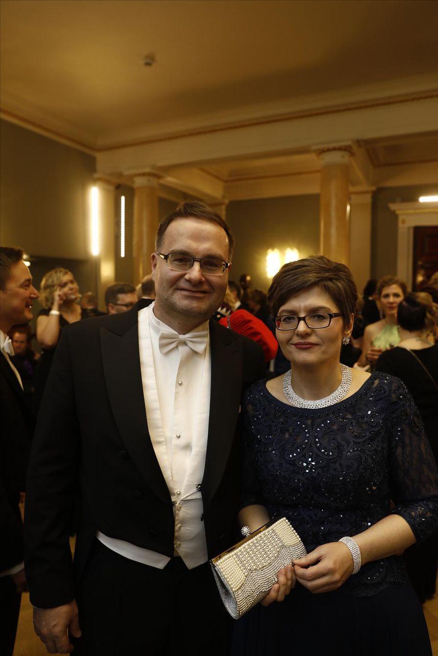 Päätoimittaja Matti Posio ja puolisonsa Olga aikoivat vielä tanssia Linnassa. Ensiyritys kariutui ruuhkaan.