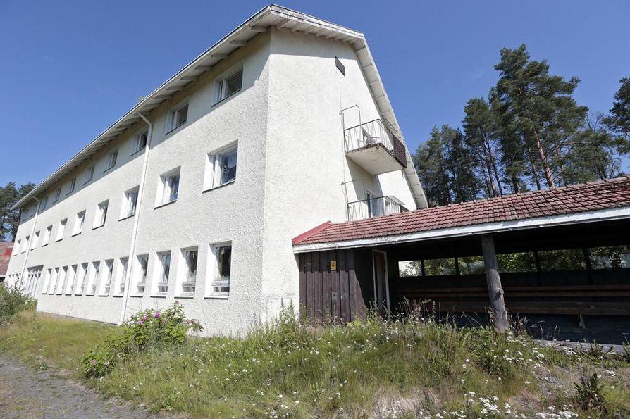 Oulun kaupunki alkaa peittää Haukiputaalla huonoon kuntoon päässeen entisen Pohjola-opiston ovia ja ikkunoita.