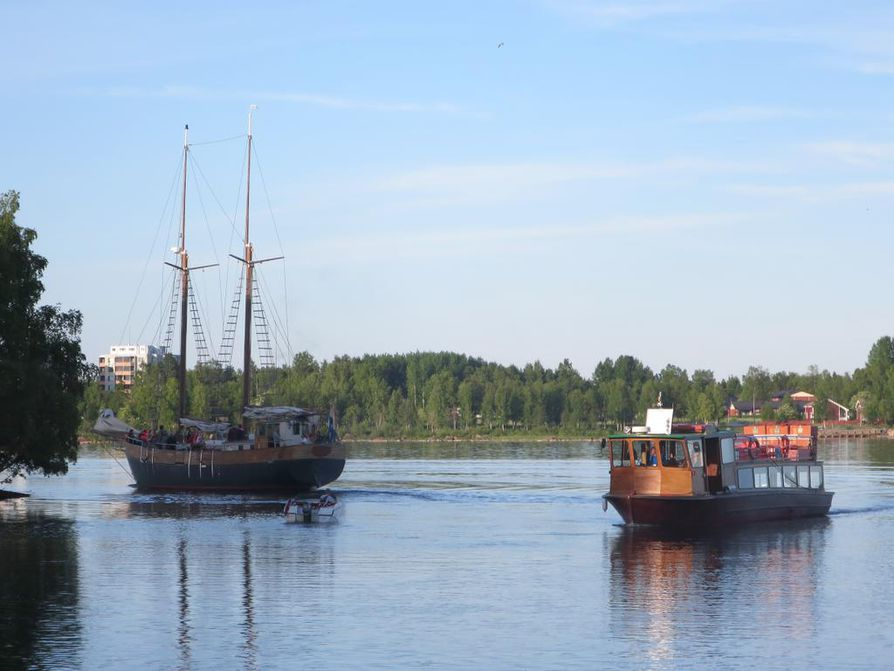 Veneet tuovat asiakkaat Rauhanlahteen, josta alkaa 750 metrin pituinen puistopolku läpi saaren.