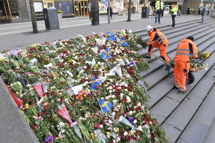 Tukholmalaiset ovat tuoneet kukkia terrori-iskun uhrien muistamiseksi.