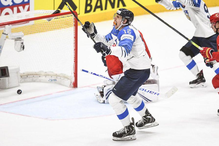 Kapteeni Marko Anttila tuuletti villisti tekemäänsä ottelun voittomaalia.