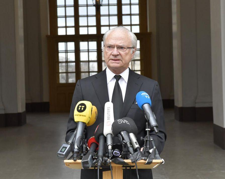 Kaarle Kustaa muistutti ruotsalaisten selvinneen aiemminkin väkivaltaisista tapahtumista ja uskoi niin tapahtuvan nytkin.