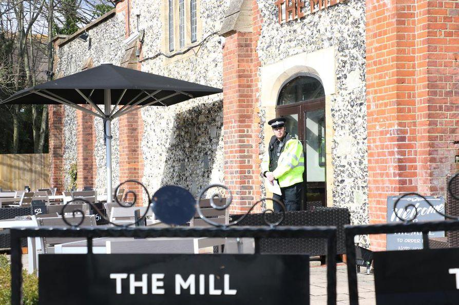 Poliisi sulki The Mill -ravintolan tiistaina Salisburyssa. Venäläisagentti Sergei Skripalin ja hänen tyttärensä Julian epäillään tulleen myrkytetyiksi Salisburyssa.