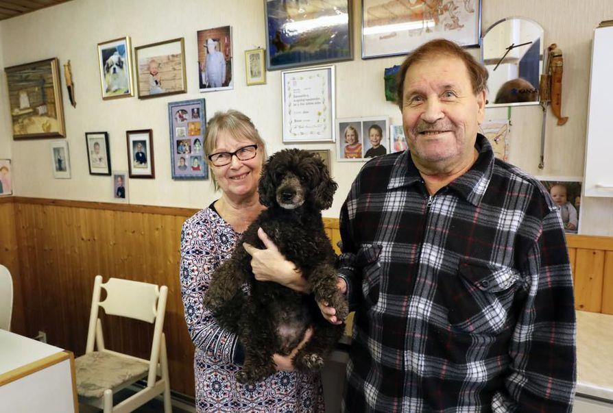 Rauni ja Alpo Ojala ovat olleet naimisissa jo yli 50 vuotta. Usein kylässä käy tyttären Cujo-koira.