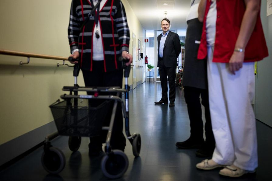 Esperi Caren toimitusjohtaja Stefan Wentjärvi seuraamassa Esperin hoivakoti Tilkan toimintaa Helsingissä.