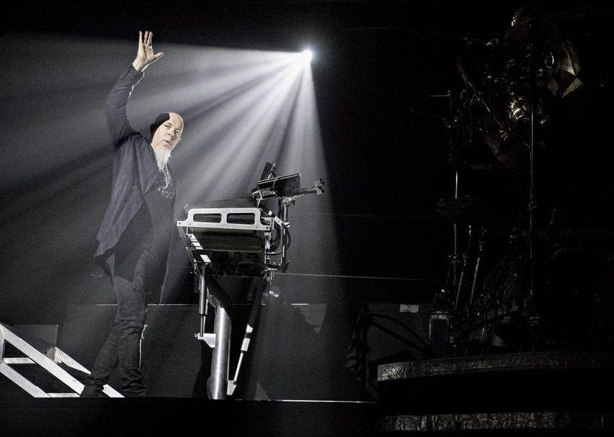 Jordan Rudess irtaantui kosketimiensa ääreltä hetkittäin myös sooloilemaan lavan etualalle.