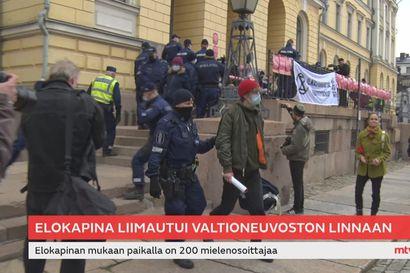 Helsingin poliisin mukaan presidentti ja ministereitä siirrettiin turvaan Elokapinan tieltä – Presidentti Niinistö kertoo HS:lle kulkeneensa samaa reittiä kuin aina