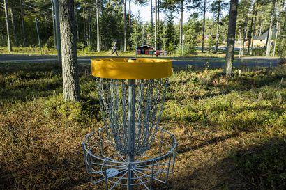 Haapajoki-Arkkukari-kylälle 12 väylän frisbeegolfrata – Talkoissa kymmeniä kyläläisiä perheineen
