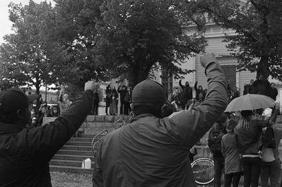 """""""En mä sua pidä n*******ä!"""" – millaista on pelätä tuntemattomien raivon purkauksia ja rasistista asennetta keskellä tavallista suomalaista arkea"""