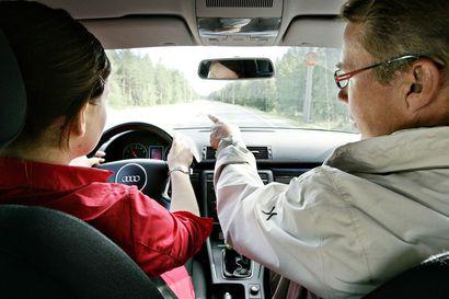 Jonot ajokokeeseen ehtivät kasvaa kesällä yli kuukauden mittaisiksi – kysyimme, kauanko Oulussa pitää nyt jonottaa päästäkseen ajokokeeseen