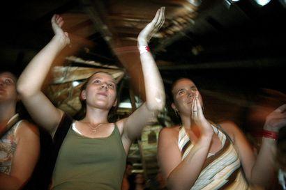 Vanhat valokuvat: Ensimmäiset Qstock-festarit hehkuivat Oulussa vuonna 2003 – katso tunnelmia alkuvuosilta