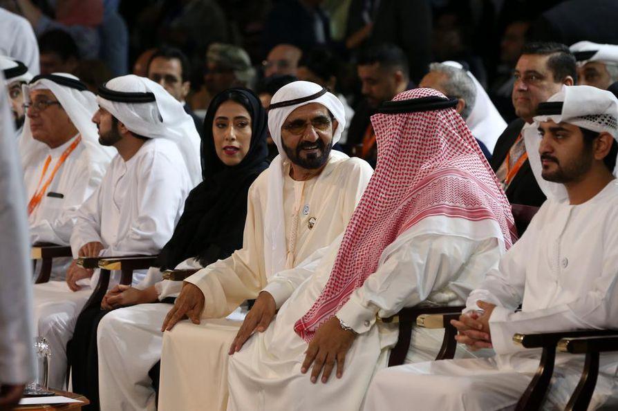 Dubain hallitsijan Mohammed bin Rashid Al Maktoum (keskellä) on myös Arabiemiraattien pääministeri ja varapresidentti.