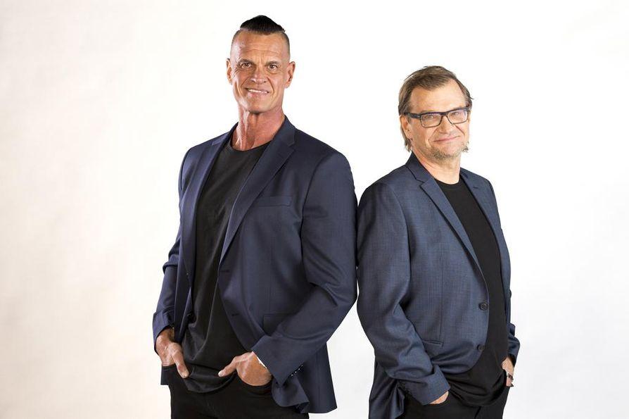 Antero Mertaranta arvostaa Gladiaattoreiden monipuolisuutta. Selostajakaverina ohjelmassa on Gladiaattorit-konkari Mika Ounaskari (vasemmalla).