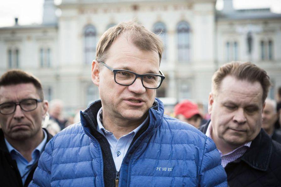 Juha Sipilä oli vielä luottavainen kampanjoidessaan Tampereella eduskuntavaalien alla. Tiistaina Sipilä kuitenkin ilmoitti luopuvansa puheenjohtajuudesta heikosti menneiden eduskuntavaalien takia. Uusi puheenjohtaja valitaan ylimääräisessä puoluekokouksessa syyskuussa.