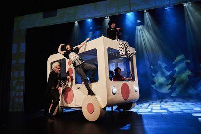 Näytelmäarvio: Unelmakesä rosvojen rennossa seurassa