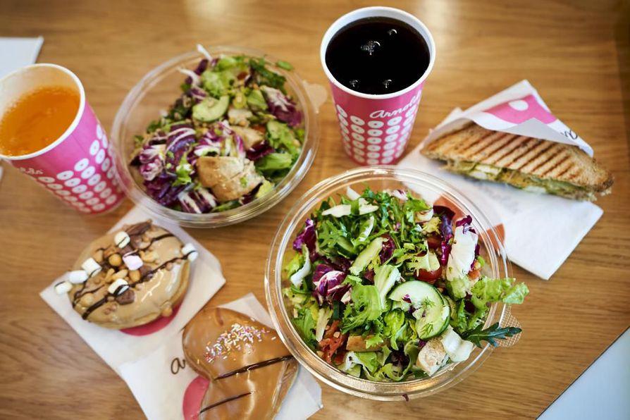Arnoldsin Veggie-toast  ansaitsee kaikki ylistykset. Fetajuustoa, aurinkokuivattua tomaattia, artisokkaa ja pestoa sisältävä paahtoleipä on näppärästi halkaistu kolmioiksi.