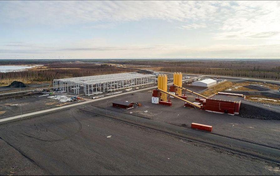 Ruskon Betoni rakensi jo kesällä 2016 kaksi suurta betoniasemaa laboratorioineen Pyhäjoen ydinvoimalan työmaalle. Jo yhdellä asemalla valmisbetonia voidaan tuottaa 120 kuutiota tunnissa. Sementtisiilojen tornit ulottuvat 25 metrin korkeuteen. Betoniasemien lähelle (vas.) on rakentumassa voimalatyömaan raudoittamo.