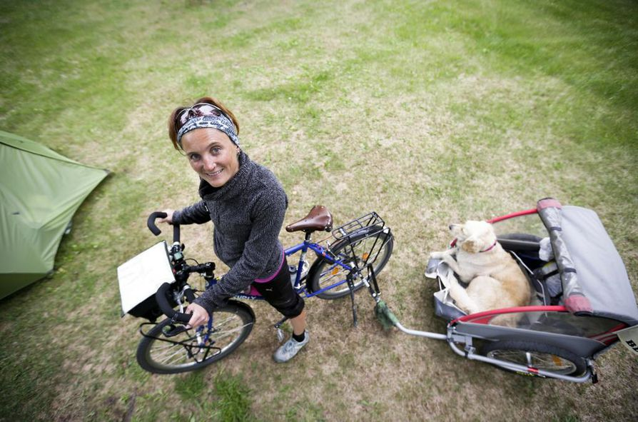Ranskalainen Chloé Millerioux on ollut tien päällä huhtikuun alusta lähtien. Tulevan yön hän nukkuu koiransa kanssa Nallikarin leirintäalueella. Matka jatkuu kohti pohjoista maanantaina.