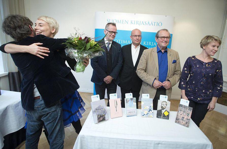 Kuvassa kirjailijat Laura Lindstedt, Kari Hotakainen, Markku  Pääskynen, Panu Rajala ja Selja Ahava. Kuvasta puuttuu Pertti Lassila.