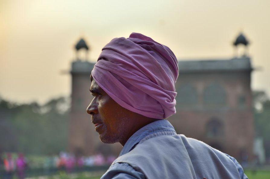 Delhissä iso osa turisteista on kotimaanmatkailijoita. Pääkaupungin yksi merkittävin nähtävyys on Punainen linnoitus, jonka rakennutti 1600-luvulla suurmoguli Shah Jahan siirtäessään pääkaupungin Agrasta Delhiin. Laajaa linnoitusaluetta ympäröivien muurien ympärysmitta on noin pari kilometriä.